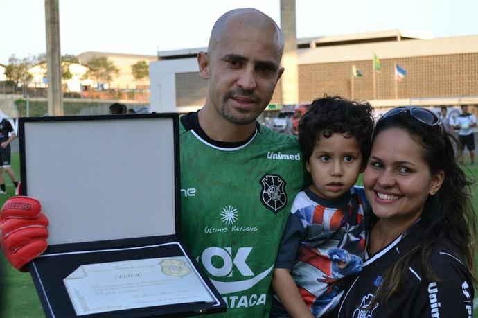 Ex-goleiro Chico ganhou uma placa do Rio Branco-ES (Foto: Sidney Magno Novo/GloboEsporte.com)
