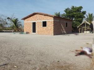 Corpos ficaram caídos na área externa da casa (Foto: Sousa Neto / Luzilândia On-line)