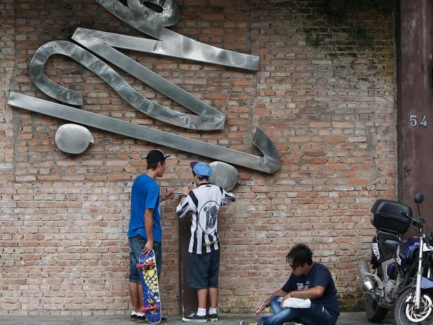Fãs do vocalista Chorão prestam homenagem em frente a pista de skate 'Chorão Skate Park'  no bairro da Encruzilhada em Santos  (Foto: Luiz Fernando Menezes / Fotoarena / Estadão Conteúdo)