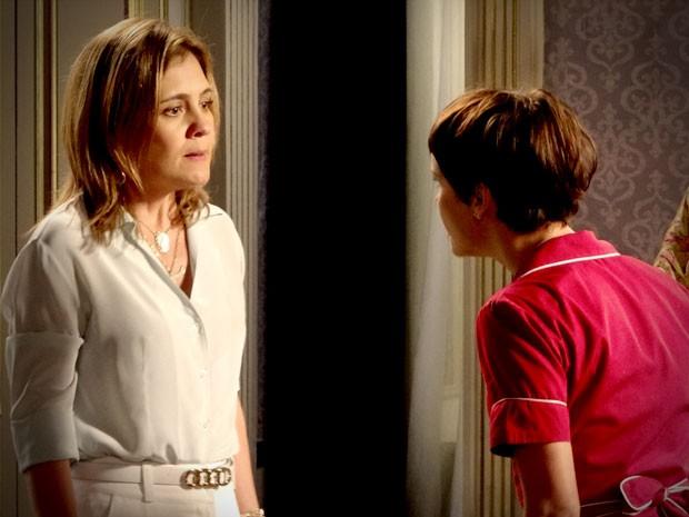 Megera oferece até dinheiro para cozinheira não casar com seu filho (Foto: Avenida Brasil/TV Globo)