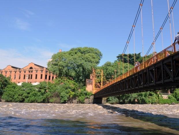 Apresentação do Coral da Esalq na ponte pênsil homenageia Rio de Lágrimas em Piracicaba  (Foto: Claudia Assencio/G1)
