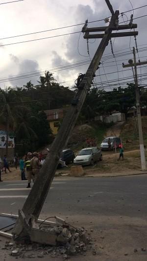Poste ficou pendurado pelos fios após ser atingido por caminhão na AL-101 Norte, em Guaxuma (Foto: Eletrobras Distribuição Alagoas)