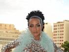 Carla Prata aposta em look com cristais, avaliado em R$ 8 mil