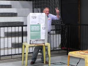 Bomtempo votou na tarde deste domingo em um clube, no bairro Valparaíso (Foto: Chandy Teixeira/G1)