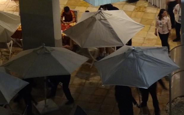 Guarda-sóis tentam esconder festa da Espanha (Foto: Globoesporte.com)