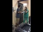 Vídeo mostra pai discutindo com médica para assistir ao parto da filha