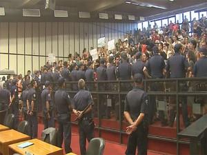 GCM formou cordão para evitar ocupação de manifestantes (Foto: Reprodução/EPTV)