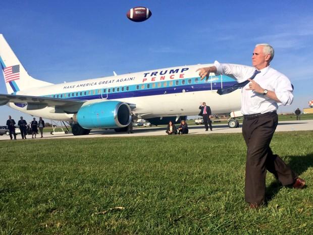 Foto publicada na tarde desta quinta-feira (27) mostra Mike Pence jogando bola ao lado de seu avião no Aerporto de LaGuardia (Foto: Reprodução/Twitter/Mike Pence)