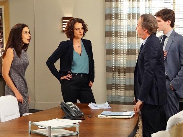 Na rua! Ticiana leva a culpa por furada de Conrado e é demitida (Foto: Cheias de Charme / TV Globo)