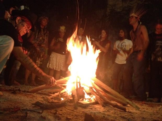 Índios fizeram fogueira dentro de antigo museu no Maracanã (Foto: Gabriel Barreira / G1)