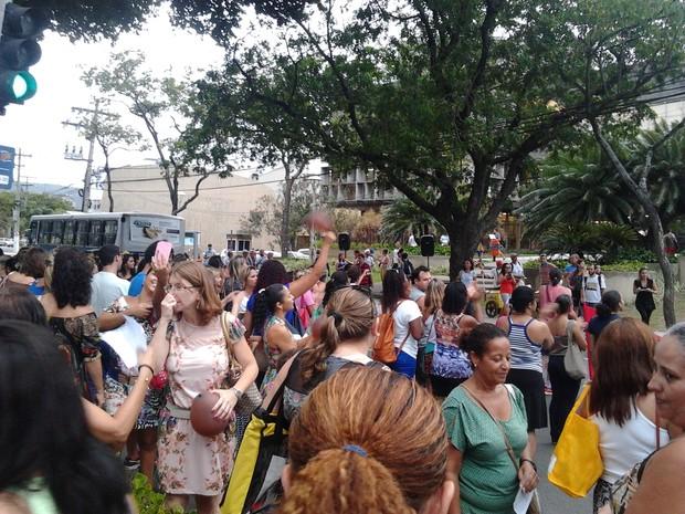 Manifestantes ficaram parados em frente à prefeitura da cidade (Foto: Jhonatan Nunes Dutra/ Vc no G1)