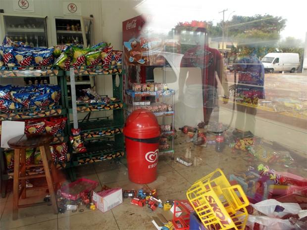 Suspeitos explodiram cofre e destruiram loja de conveniência em posto de Ribeirão Preto (Foto: Mariana Martins/Jornal A Cidade)