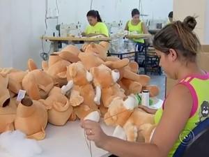 Em Tabatinga existem 40 fábricas de bichinhos de pelúcia (Foto: Reprodução/TV TEM)