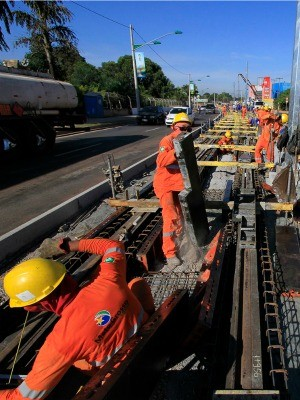 Trilhos do VLT sendo instalados na Avenida João Ponce de Arruda, em Várzea Grande. (Foto: Edson Rodrigues / Secopa)