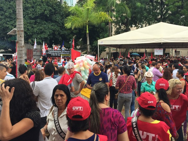 Goiânia: gurpo protesta em frente à Assembleia Legislativa de Goiás nesta quarta-feira (15) (Foto: Danielle Oliveira/G1)
