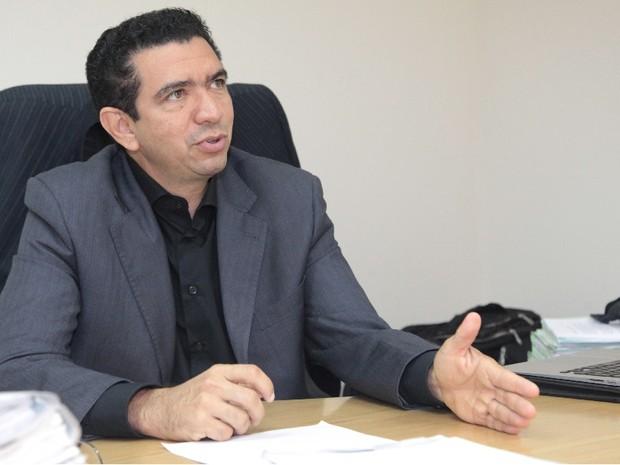 Juiz Douglas de Melo Martins decidiu proibir saques 'na boca do caixa' (Foto: De Jesus/O Estado)