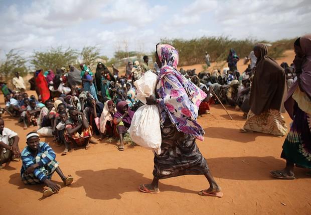 Mulher carrega sacola no Quênia (Foto: Oli Scarff/Getty Images)
