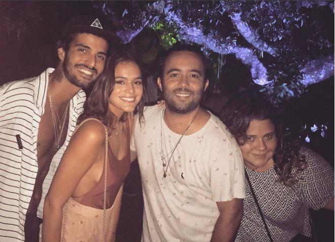 Bruna Marquezine aproveita festa no Rio rodeada de amigos  (Foto: Reprodução/Instagram)