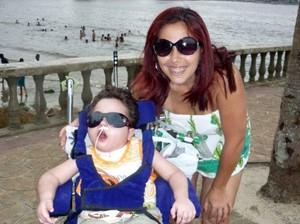 : Enzo curte a praia com a mãe em cadeira especial (Foto: Cristina Carvalho de Freitas/Arquivo Pessoal)