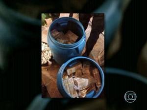 Polícia achou R$ 3,5 milhões em tonéis na Mangueira (Foto: Reprodução / Globo)