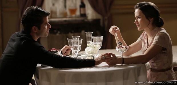 Franz convida Amélia para jantar e falar sobre Pérola (Foto: Fábio Rocha/ TV Globo)
