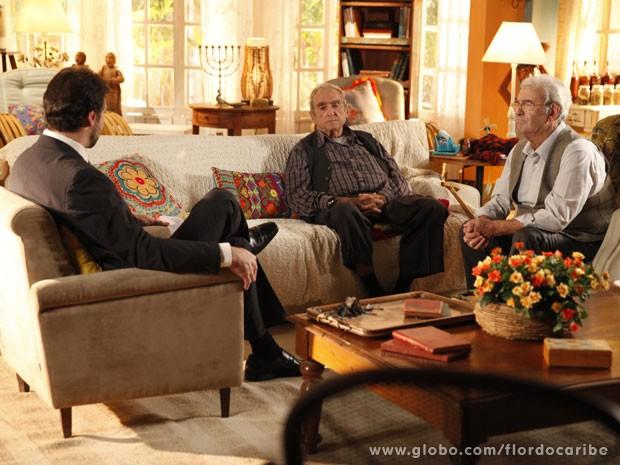 Manolo fala de mais e revela ao delegado que Dionísio é Klaus (Foto: Flor do Caribe/TV Globo)
