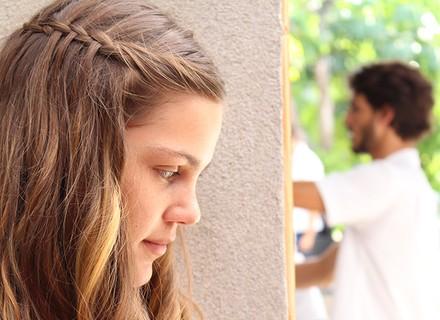 Alina escuta Roger contar que ficou com Nanda