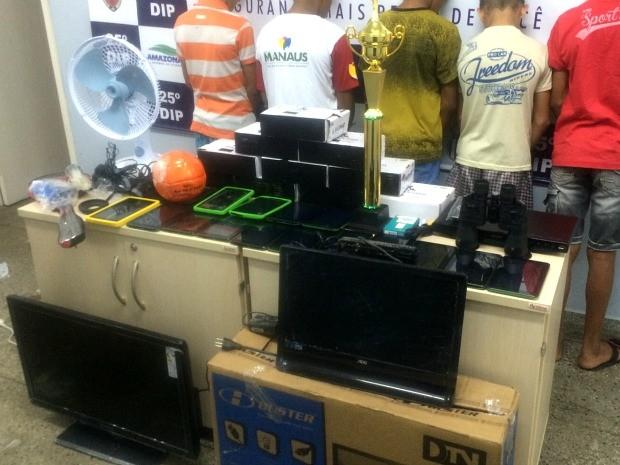 Mais de 100 aparelhos eletrônicos foram apreendidos (Foto: Divulgação/ Polícia Civil)