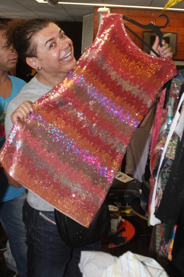 David Brazil com o vestido que foi de Angélica no Bazar da Preta (Foto: Roberto Teixeira / EGO)