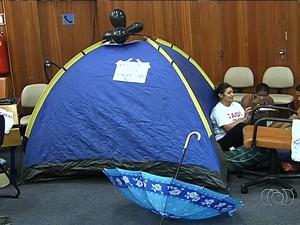 Professores montam barraca para passar a noite no plenário da Câmara, em Goiânia (Foto: Reprodução/ TV Anhanguera)