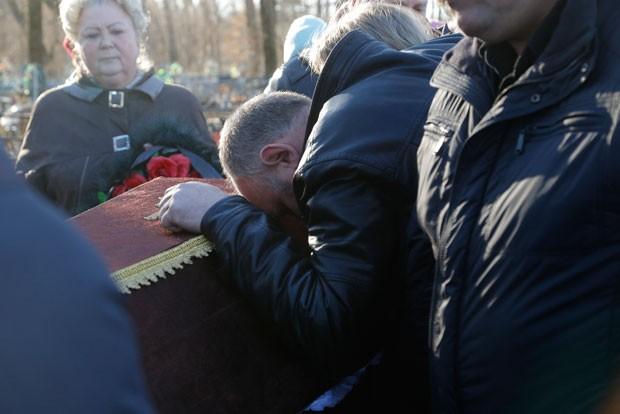 Sobrinho de Nina Lushchenko, uma das vítimas da queda do voo de um avião russo na península do Sinai, no funeral (Foto: Dmitry Lovetsky/AP)