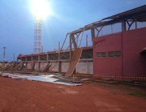 Estádio João Saldanha teve parte das arquibancadas destrídas por chuva de granizo, em RO (Foto: Junior Freitas)