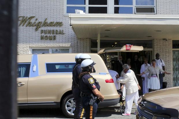 Caixão com o corpo de Bobbi Kristina é retirado do carro fúnebre (Foto: Reuters)