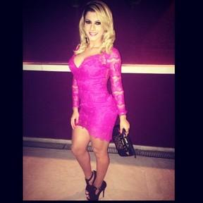Babi Rossi escolhe vestiudo rosa para badalar (Foto: Instagram/ Reprodução)