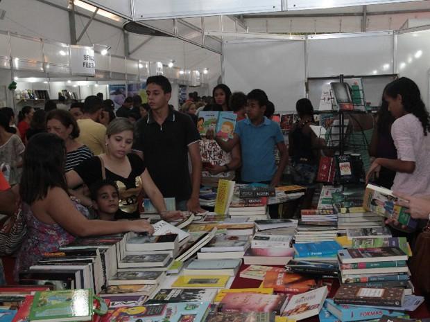 Público na Feira do Livro de São Luís de 2013 (Foto: Douglas Jr. / O Estado)