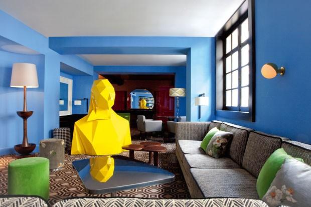 Escultura de Xavier Veilhan e móveis de India Mahdavi (Foto: Derek Hudson)
