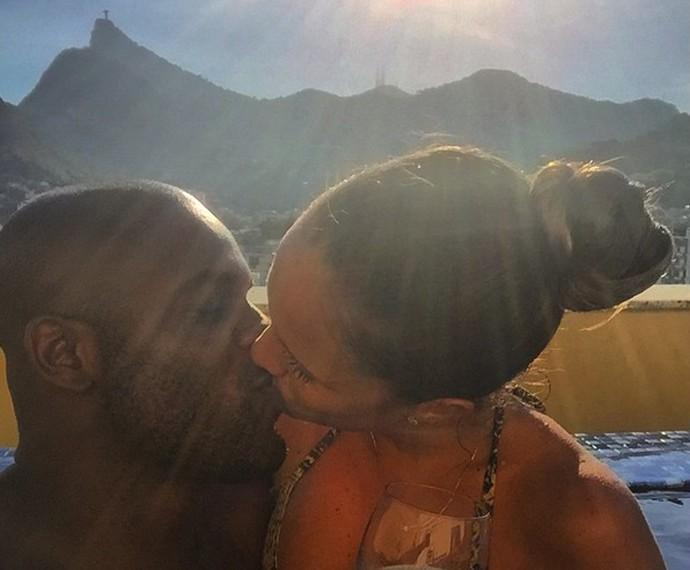 Rafael Zulu e Erys Martins demonstram seu amor na foto publicada em uma rede social (Foto: Arquivo Pessoal)