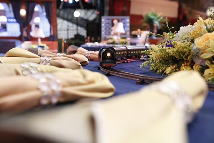 Trem em miniatura decora a mesa  (Foto: Raphael Dias/Gshow)