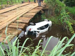 Ponte de onde carro despencou tem cerca de dois metros de altura, de acordo com a polícia (Foto: Tari Notícias)