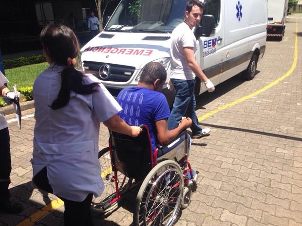 Manifestante pró-Lula sai ferido de cadeira de rodas (Foto: Márcio Pinho/ G1)