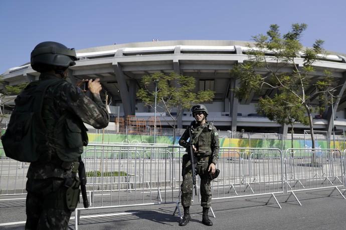 Militares aproveitam para tirar foto com Maracanã ao fundo (Foto: AP Photo/Matt Rourke)