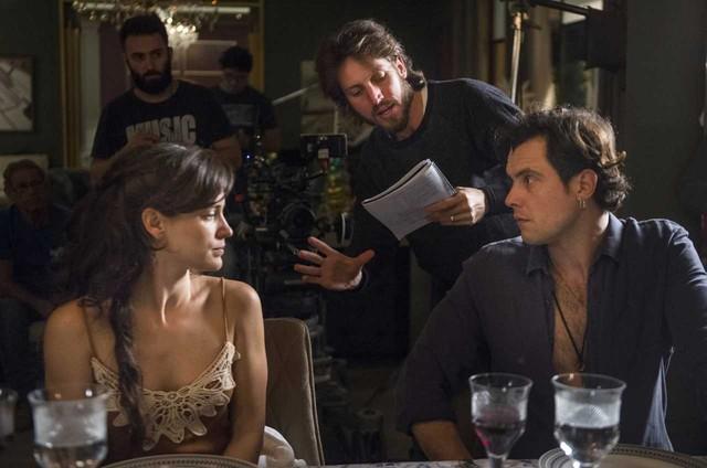 Bianca Bin e Sergio Guizé recebem as orientações do diretor Henrique Sauer nas gravações de 'O outro lado do paraíso' (Foto: Globo/Raquel Cunha)