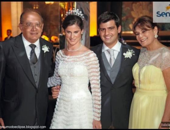 O ministro Gimar Mendes e sua esposa Guiomar (de amatrelo) no casamento da filha de Barata (Foto:  Reprodução)