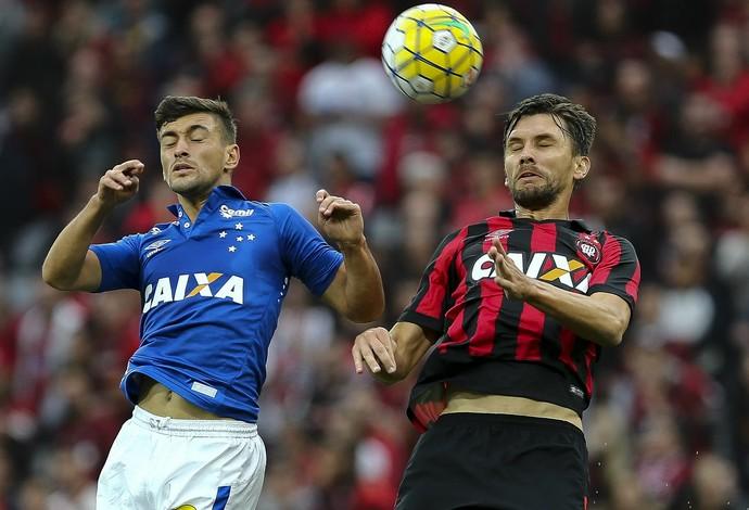 Arrascaeta disputa bola com Paulo André; Atlético-PR x Cruzeiro (Foto: Geraldo Bubniak/Light Press)