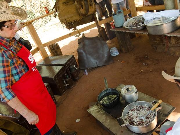 Todos os anos, Dalva participa do concurso de culinária sertaneja conhecido como Queima do Alho (Foto: Érico Andrade/G1)