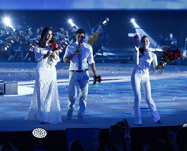 Bruna Marquezine, Bruno Gissoni e Letícia Colin jogam rosas para o público (Foto: Raphael Dias / Gshow)
