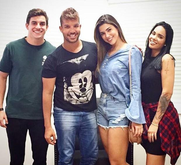 Os ex-BBBs Manoel, Mayara e Vivian e p apresentador Rafa Ferrah (Foto: Divulgação / Bravo.brv)