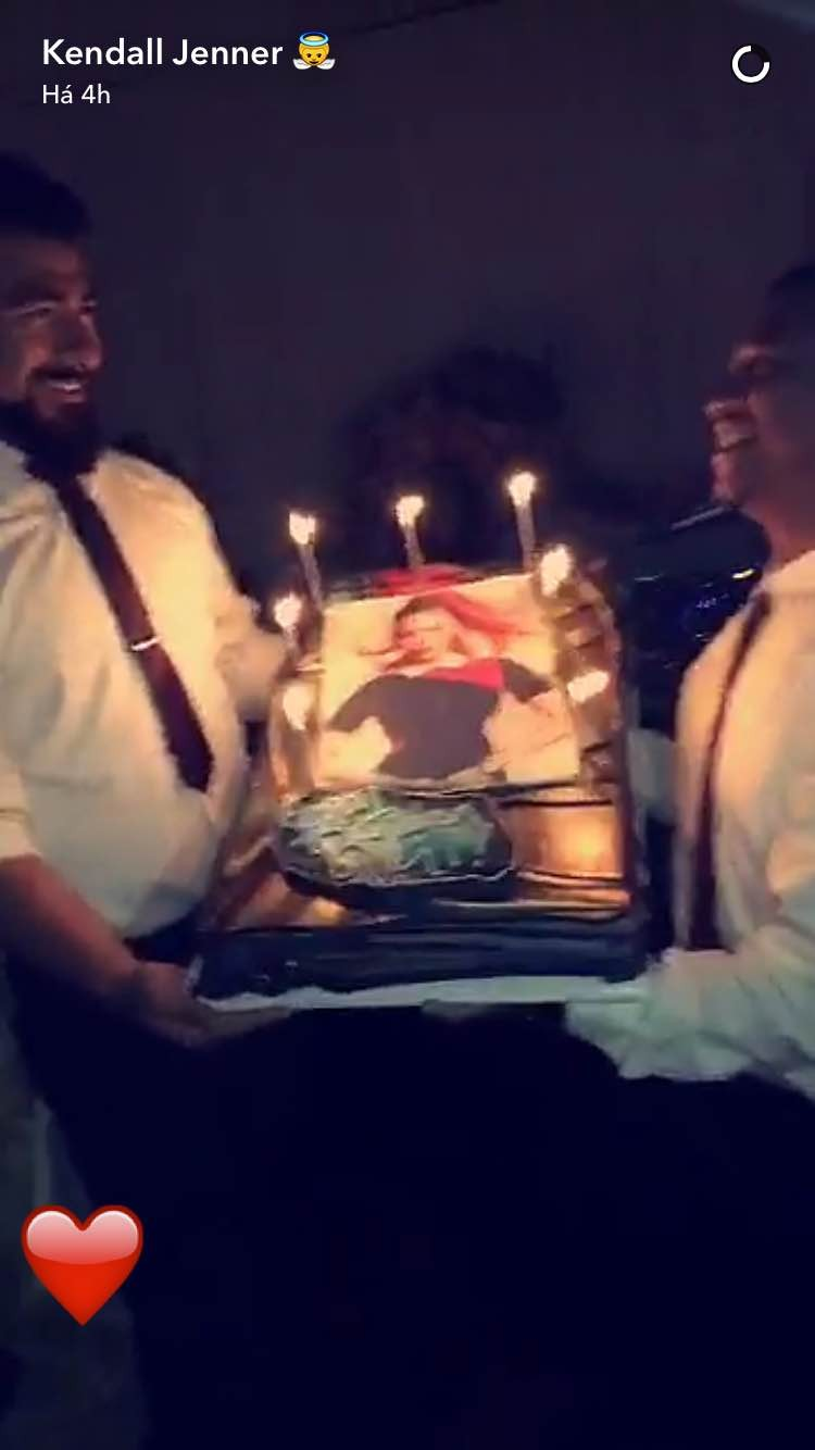 Kylie Jenner mostra o bolo de aniversário de Gigi Hadid (Foto: Snapchat/Reprodução)
