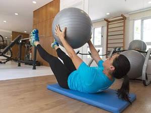 Exercício para fortalecimento da parede abdominal e trabalho de core (Foto: Sarah Wollermann)