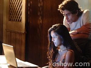 Fátima conta para Lili que a fórmula está dentro do dossiê (Foto: Além do Horizonte / TV Globo)